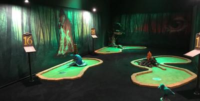 Read more about the article Indoor-Minigolf unter Schwarzlicht